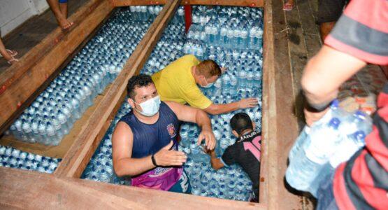 SOS Bailique: Chegam os primeiros 6 mil fardos de água mineral enviados pela Prefeitura de Macapá
